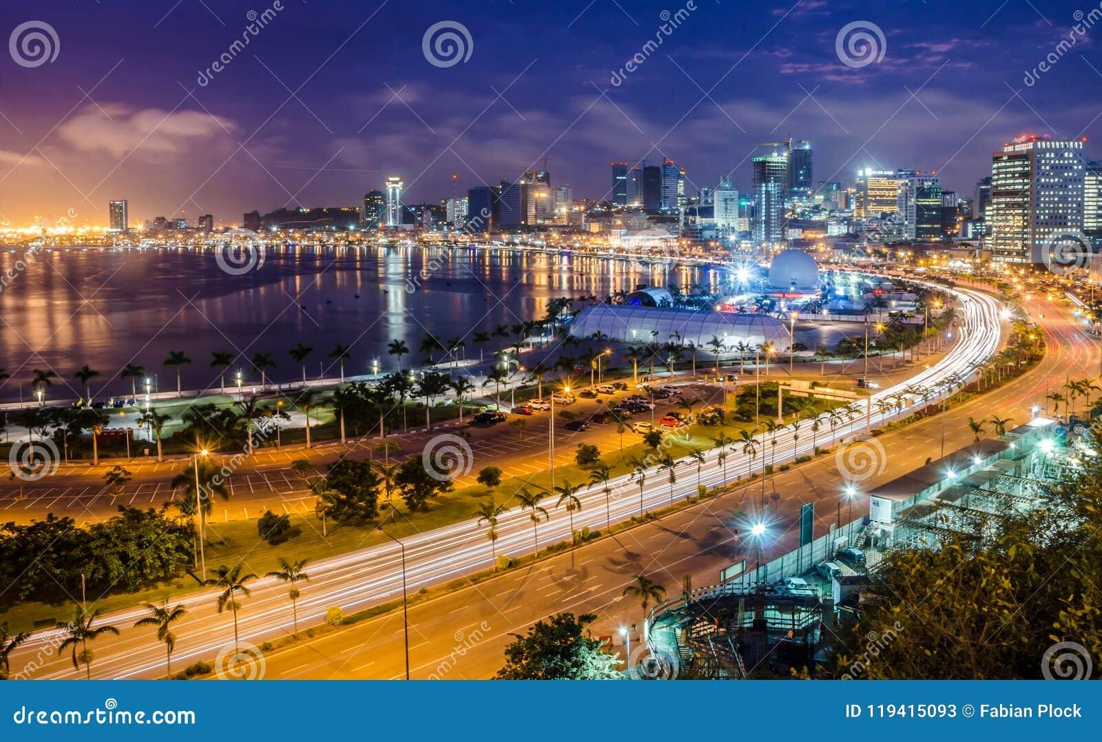 Skyline do capital baía de Luanda, Luanda e passeio do beira-mar com a estrada durante a tarde, Angola, África