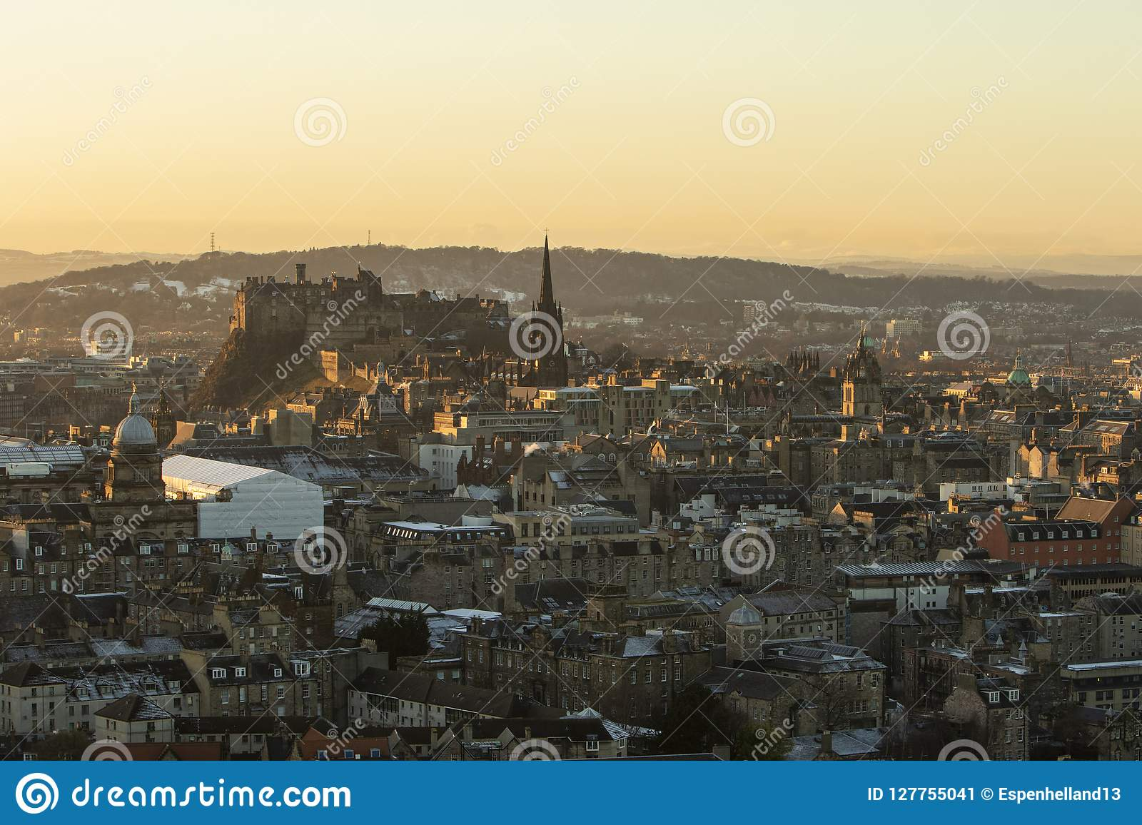 Skyline do castelo de Edimburgo na luz dourada vista do ` s Seat de Arthur