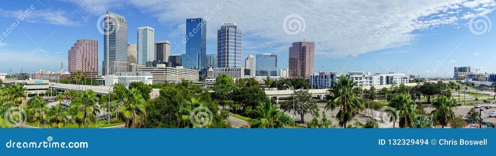 Skyline do centro da cidade em um panorama longo Tampa Florida