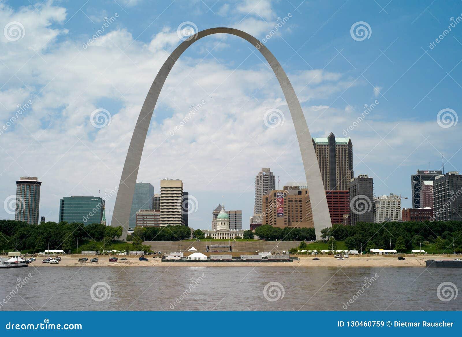 A skyline do Saint Louis, Missouri com arco da entrada