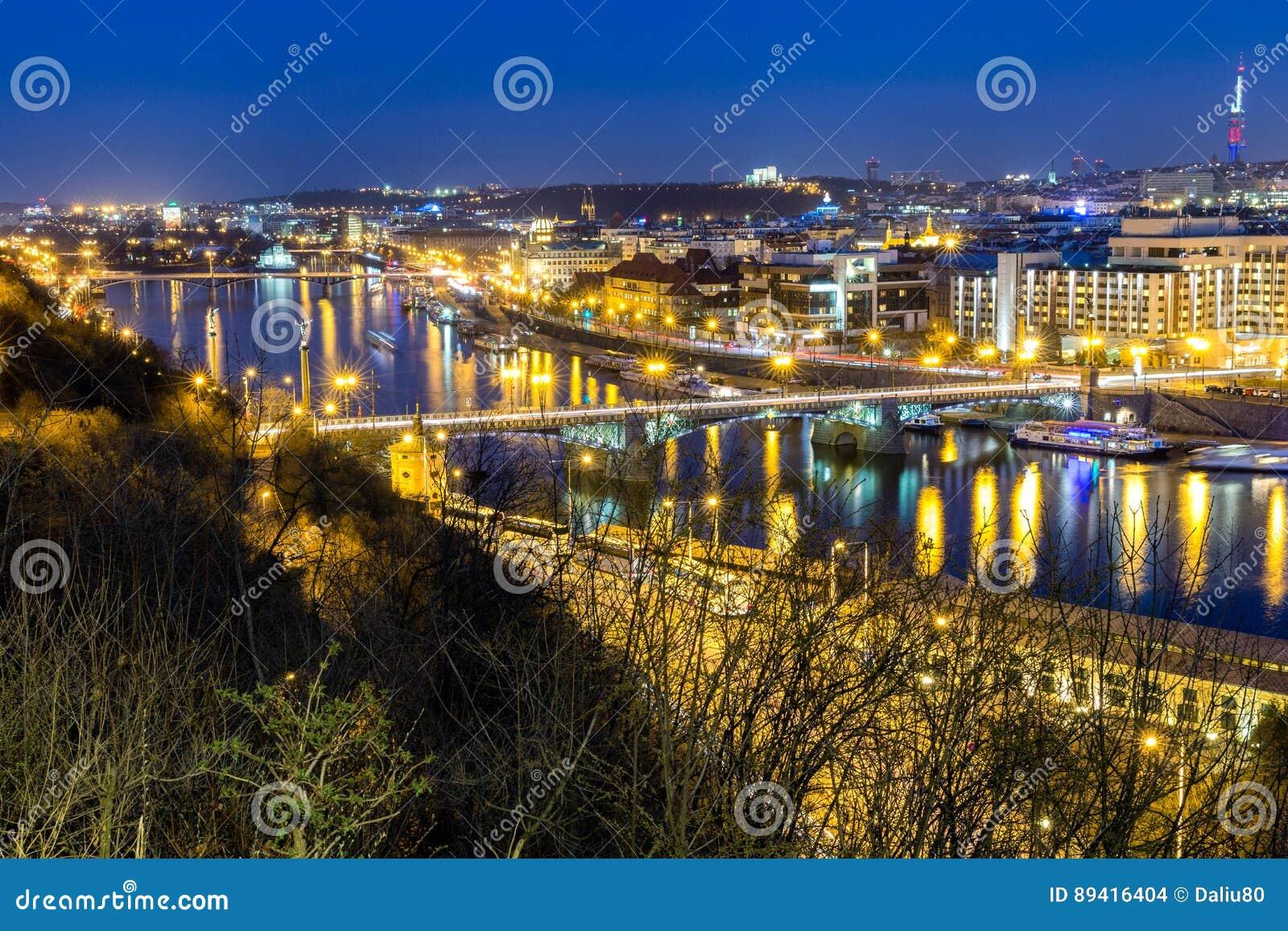 Skyline na noite, Praga da cidade do panorama de Praga, República Checa