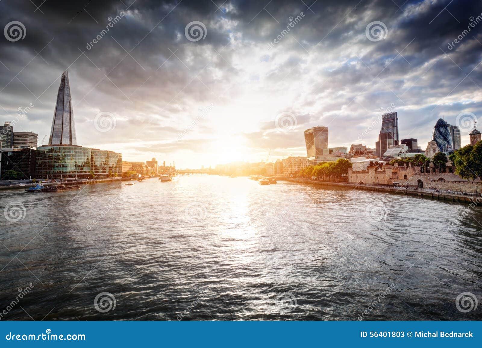 Skyline no por do sol, Inglaterra de Londres o Reino Unido Rio Tamisa, o estilhaço, câmara municipal