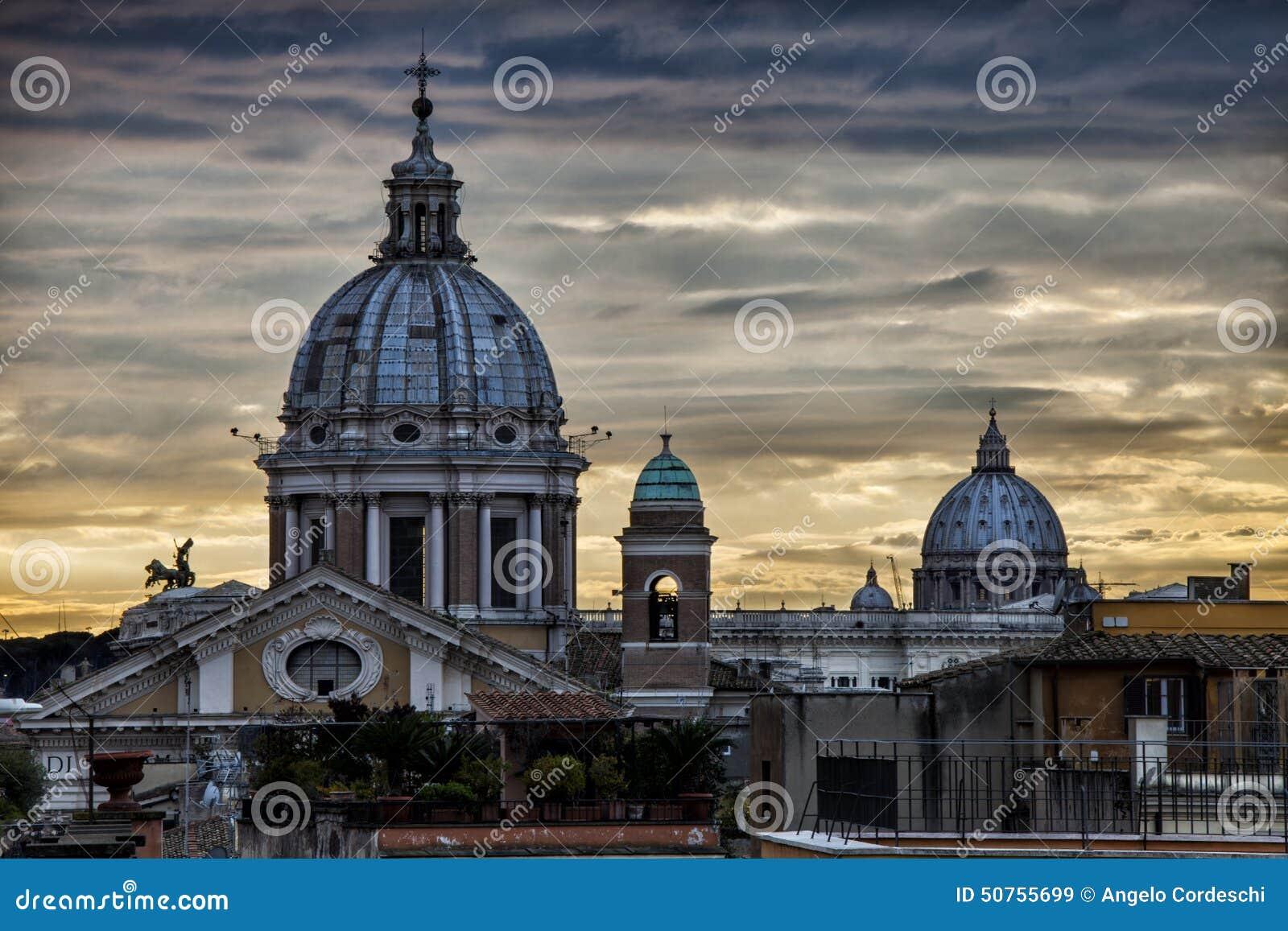 Skyline Roma, abóbadas e monumentos Por do sol Italy