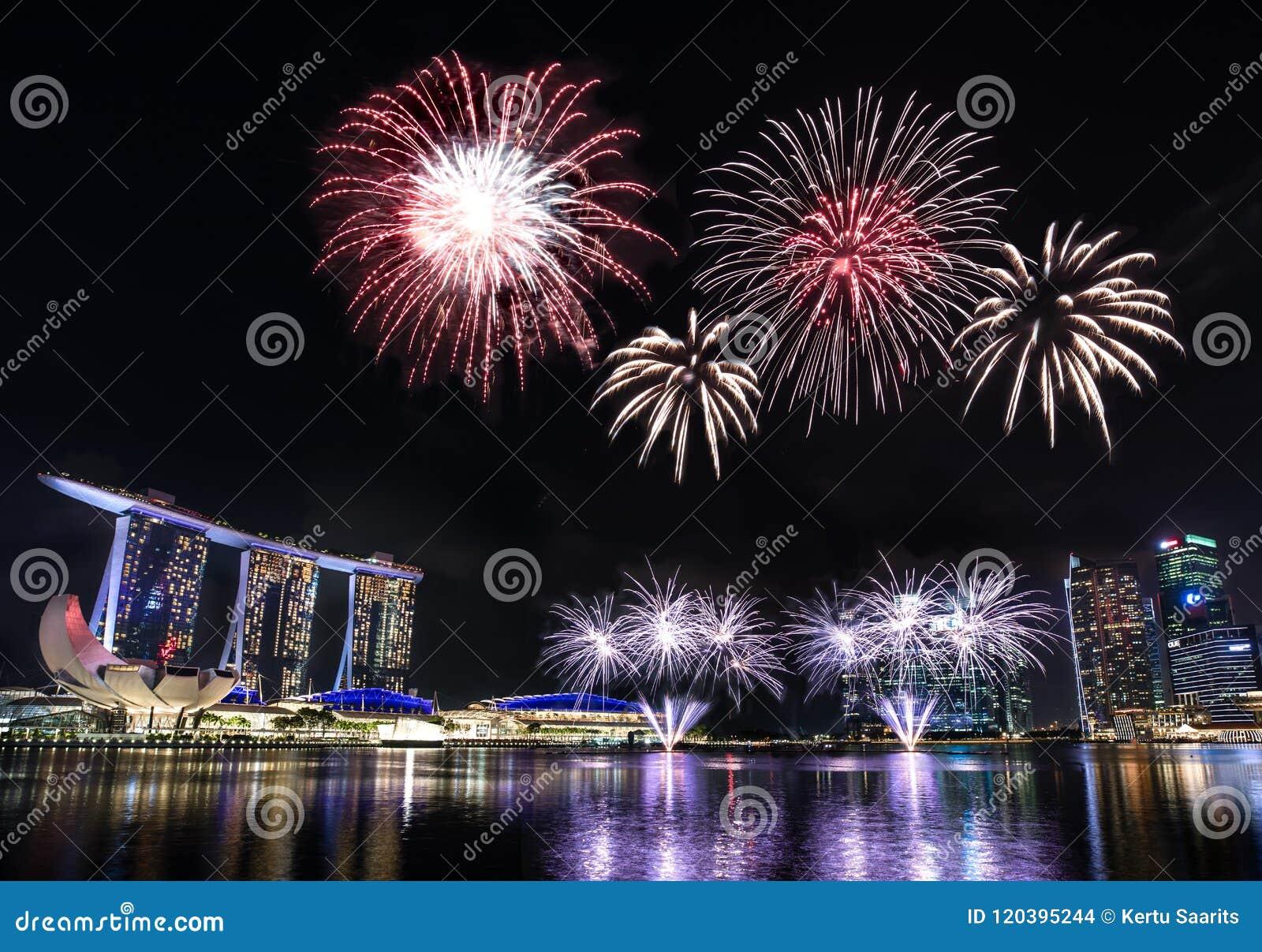 Skyline Singapurs Marina Bay mit Feuerwerken