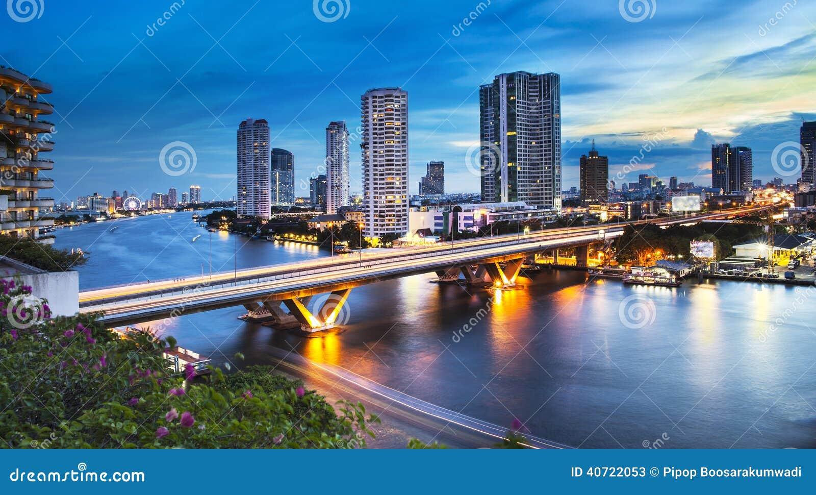 Skyline urbana da cidade, Chao Phraya River, Banguecoque, Tailândia