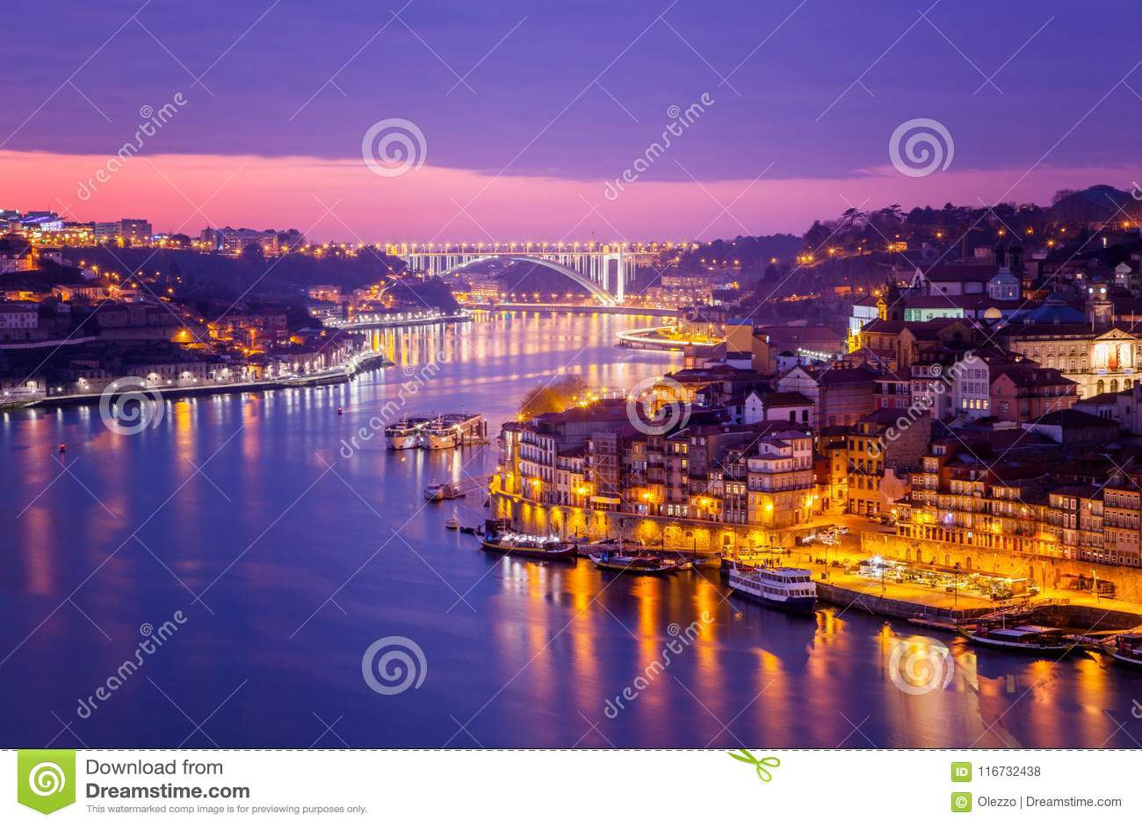 A skyline velha da cidade de Porto, Portugal através do rio de Douro, seja