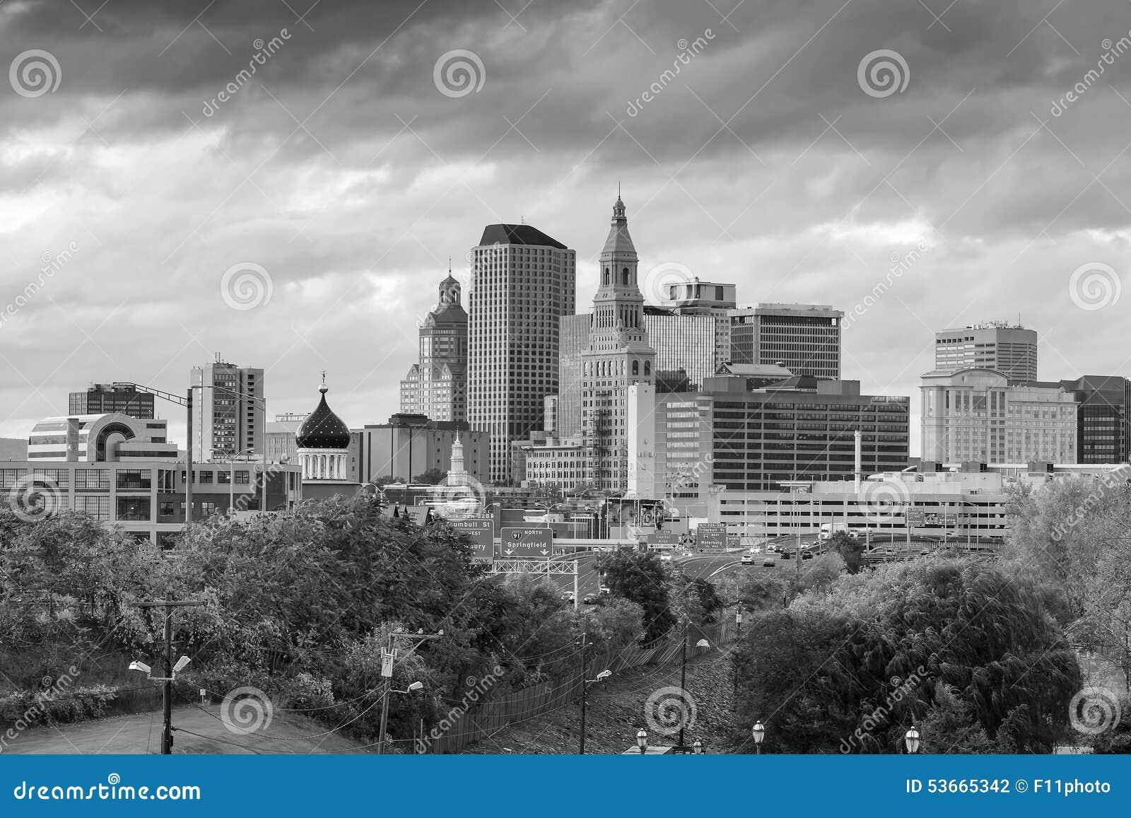 Skyline von im Stadtzentrum gelegenem Hartford, Connecticut von der oben genannten Charter-Eiche