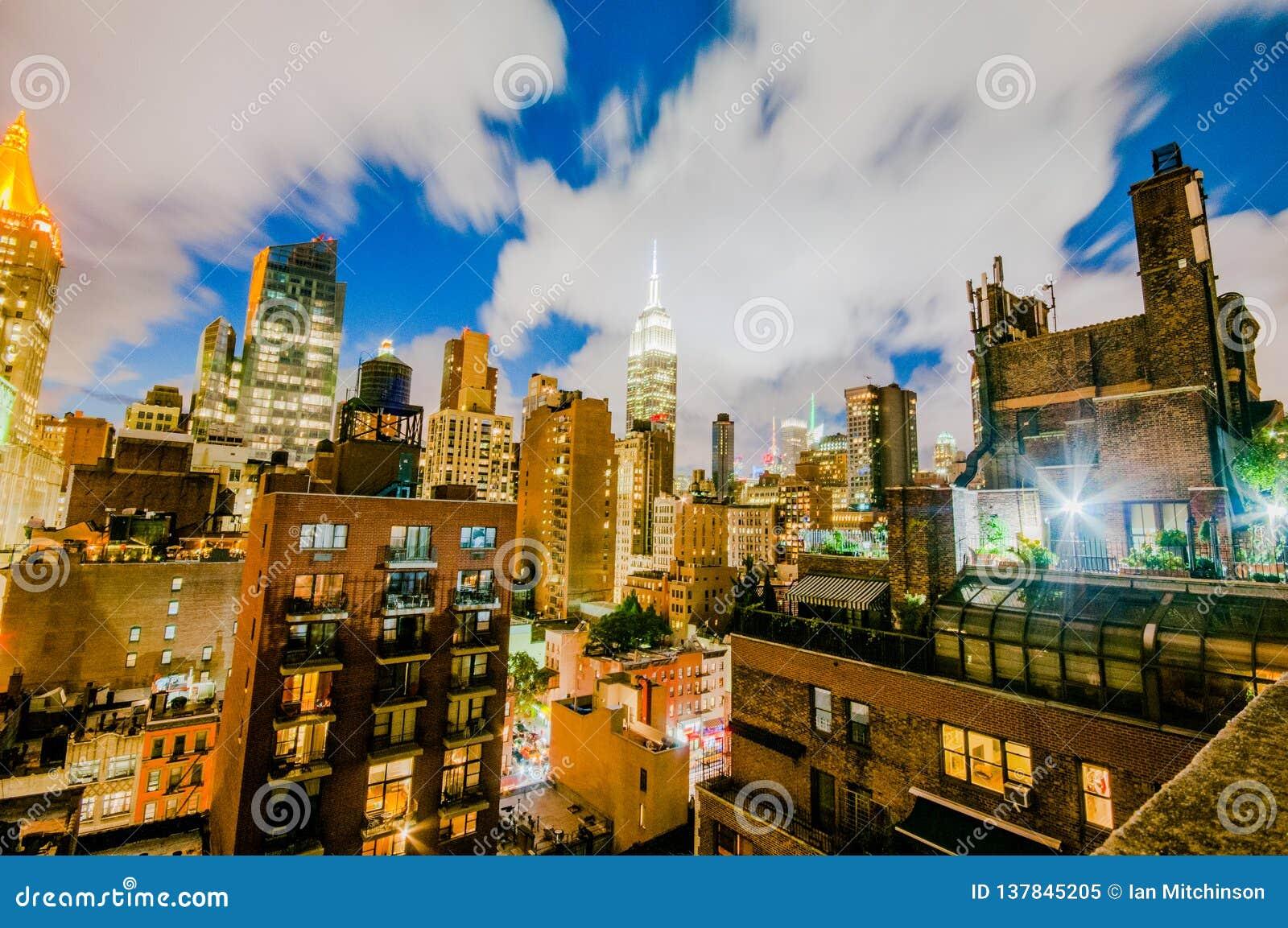 Skyline von Manhatten nachts von der Spitze eines Gebäudes