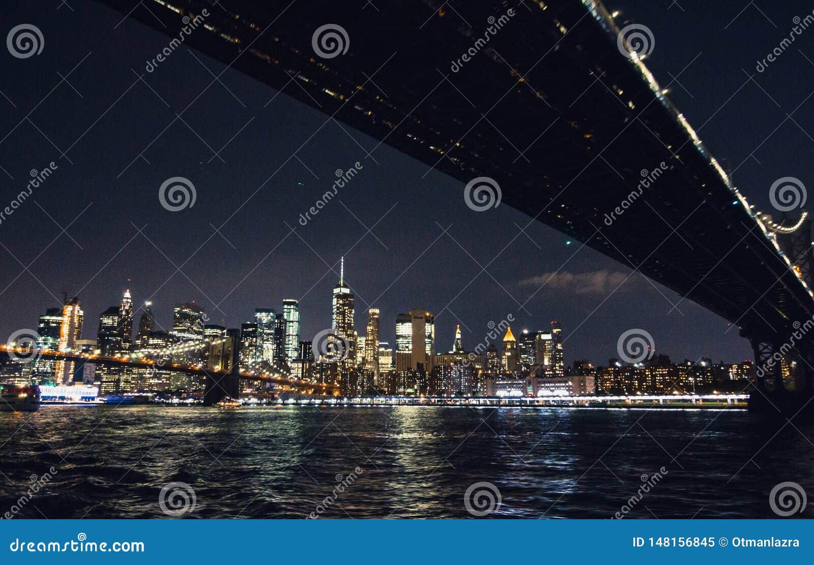 Skylinepanorama New- York Citymanhattan nachts