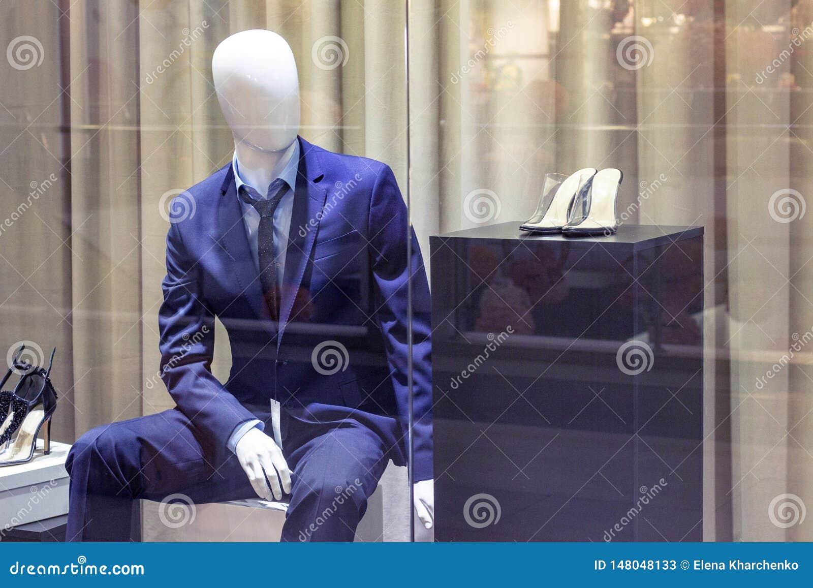 Skyltdockor på shoppar stilfull kläder för fönstermodestil
