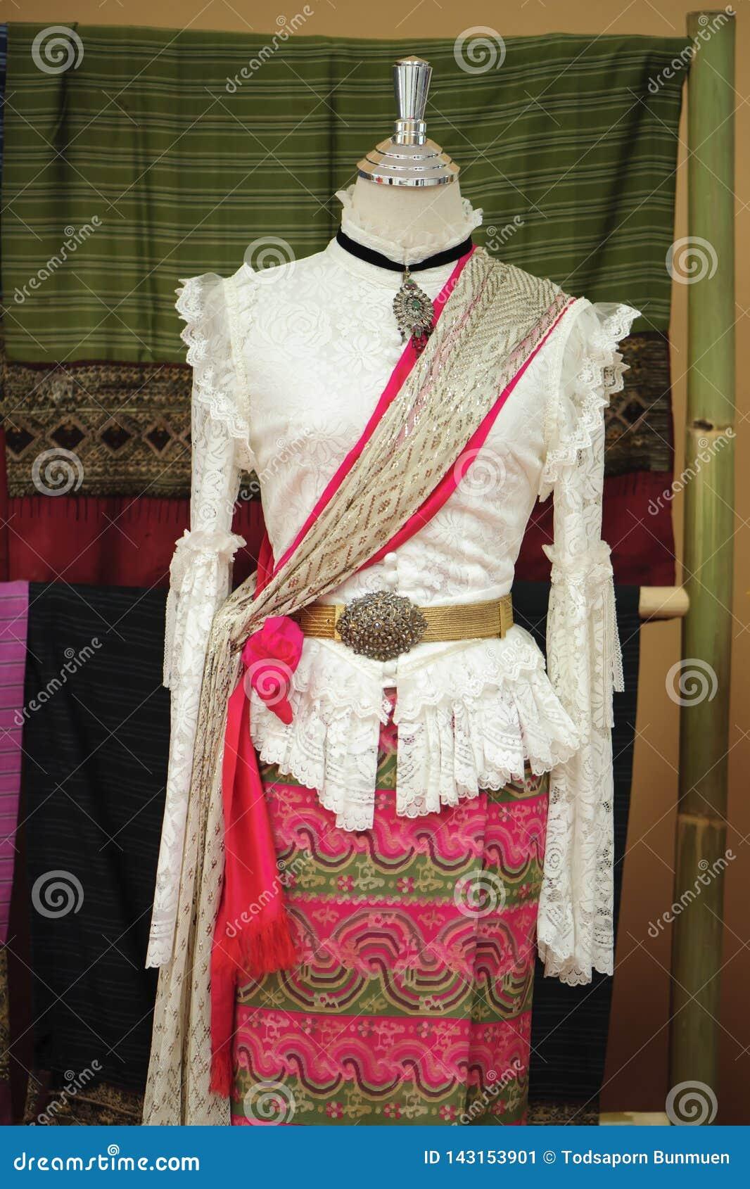 Skyltdockor visar den bärande hand-vävde siden- klänningen