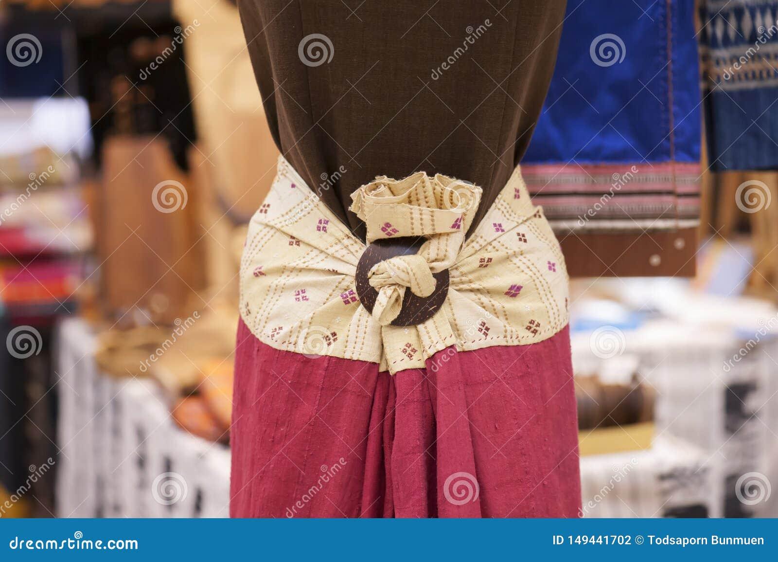 Skyltdockor visar den b?rande hand-v?vde siden- kl?nningen: Lokal bomull v?vd upps?ttning i Thailand i den nordliga regionen