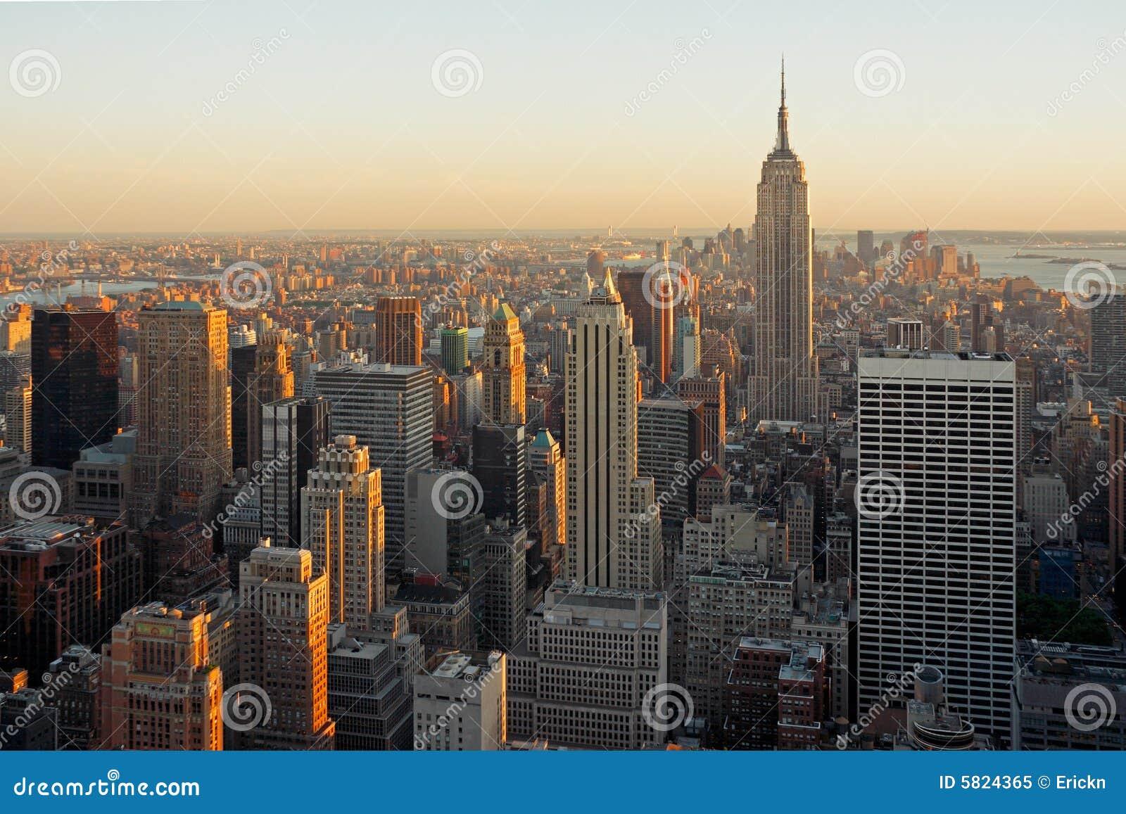 Skymningmanhattan skyskrapor