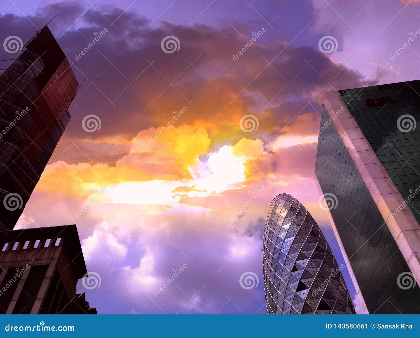 Skyskrapor är i storstaden och himlen