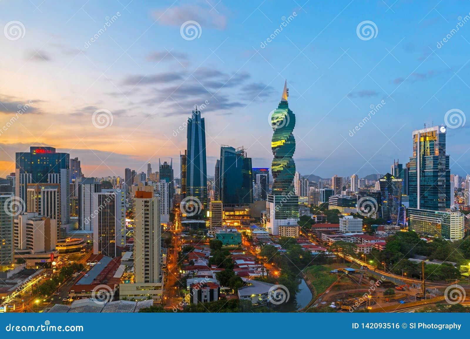 Skyskrapor av Panama City på solnedgången