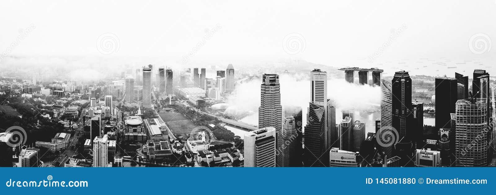Skyskrapor för Singapore centrum CBD - molnigt väder - affärsområde