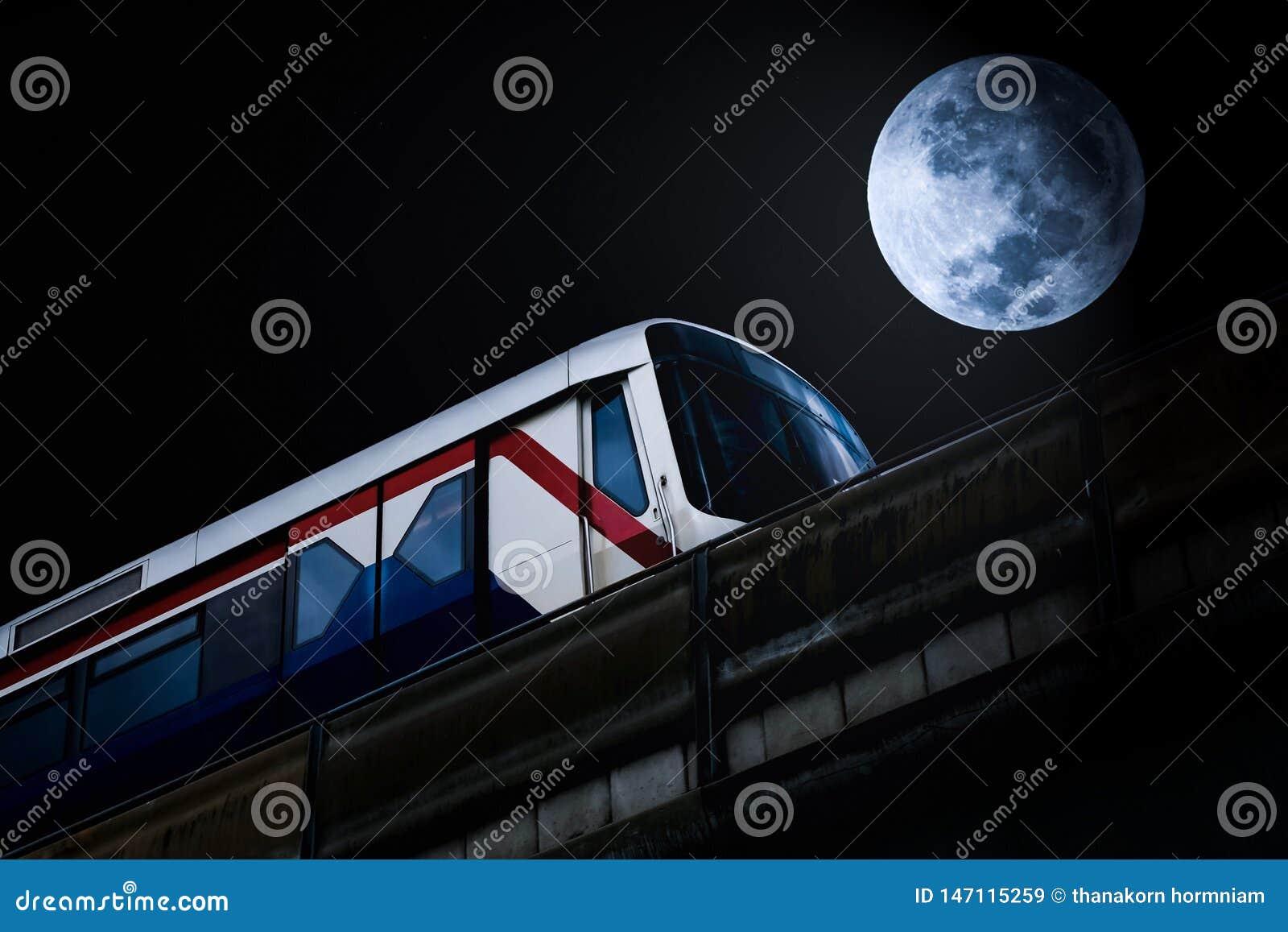 Skytrain und Vollmond