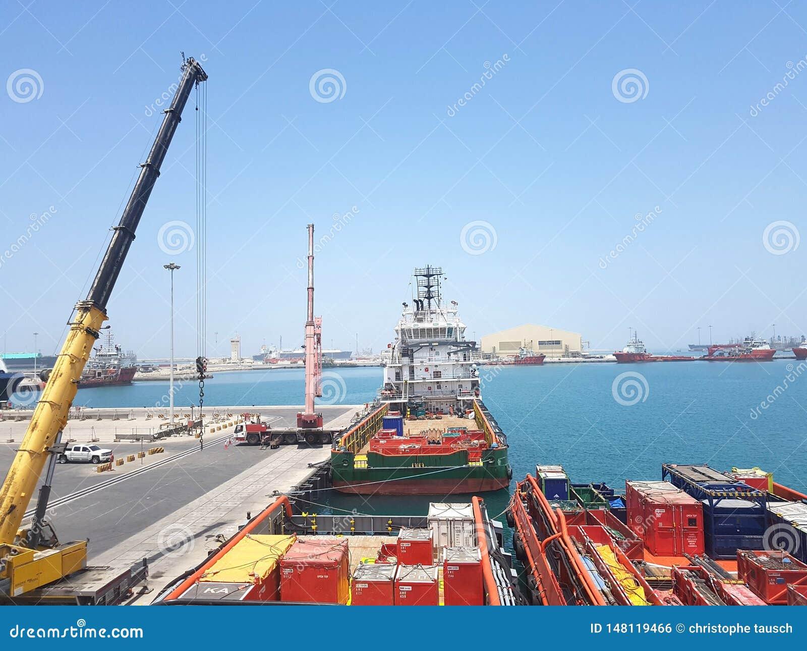 Skyttel för tillförsel för lastoperationer pågående onboard Logistikbakgrund