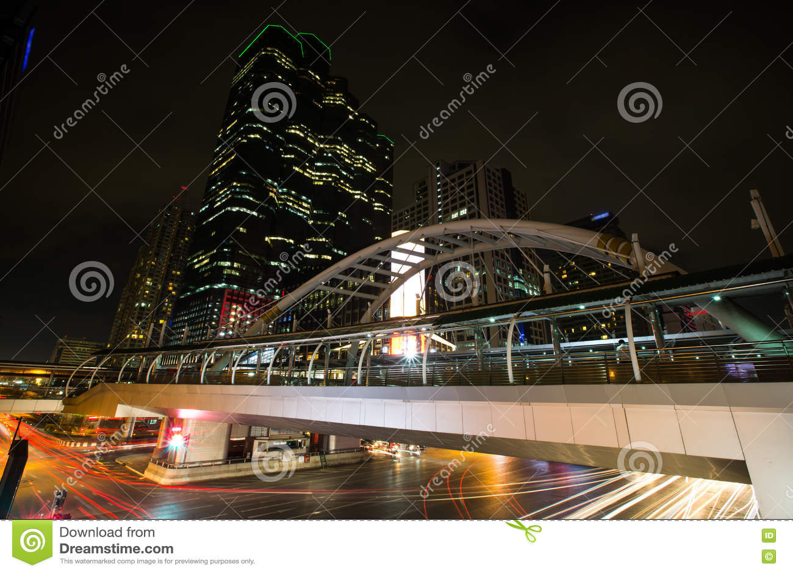 Skywalk i biznesu budynek biurowy tło
