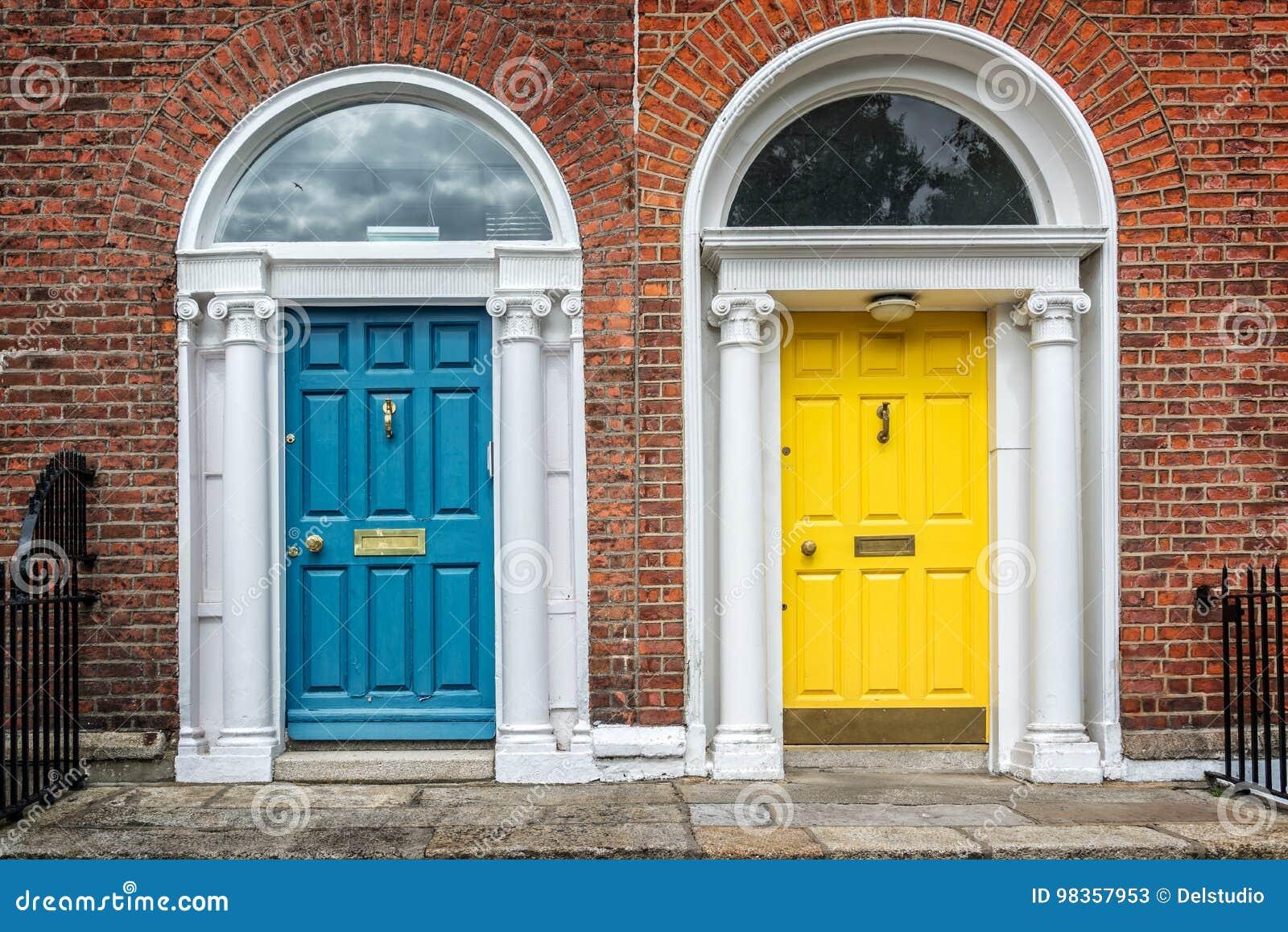 Slösa och gulna klassiska dörrar i det Dublin exemplet av georgian typisk arkitektur av Dublin, Irland