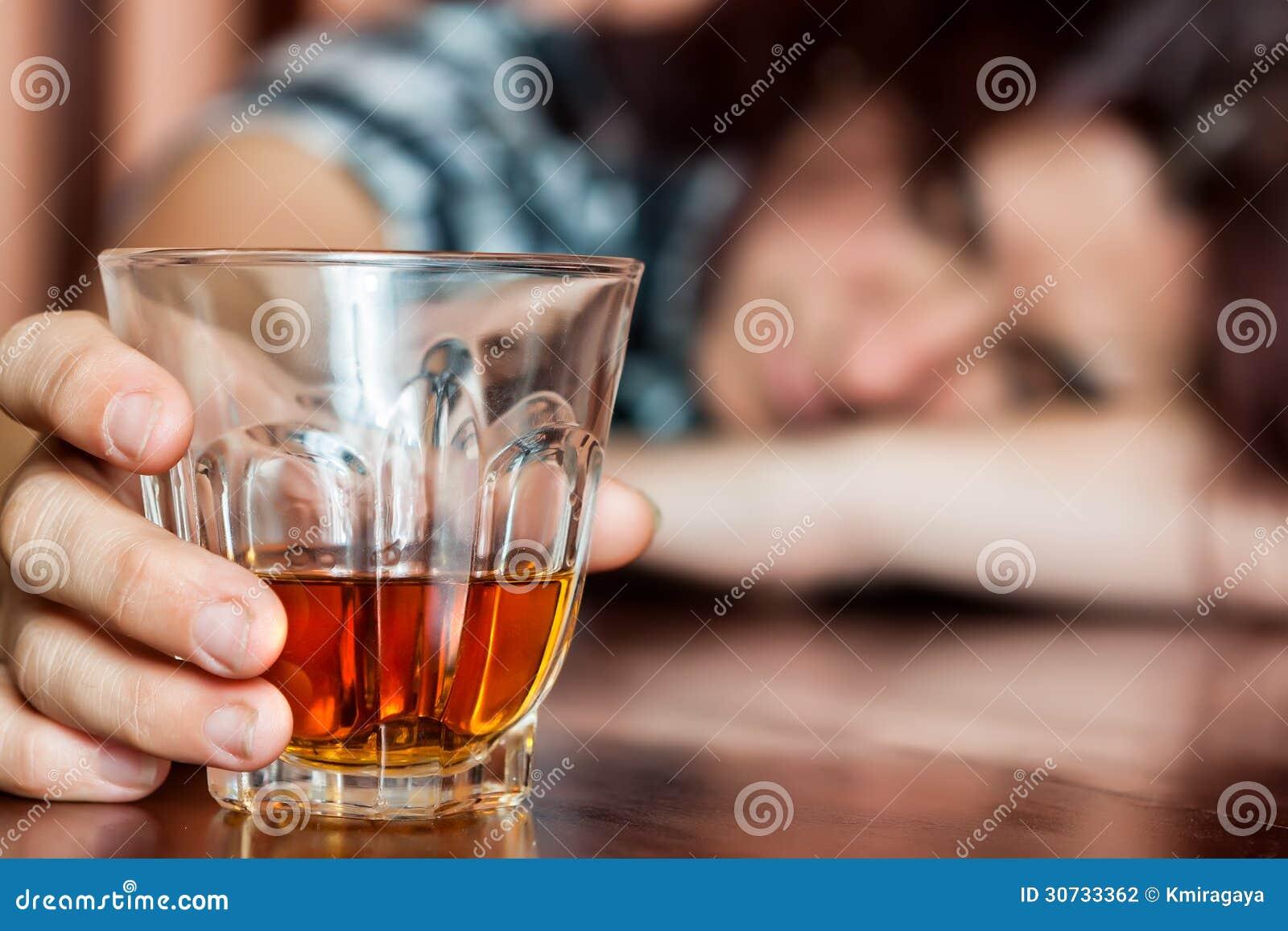 In slaap gedronken vrouw die een drank houden