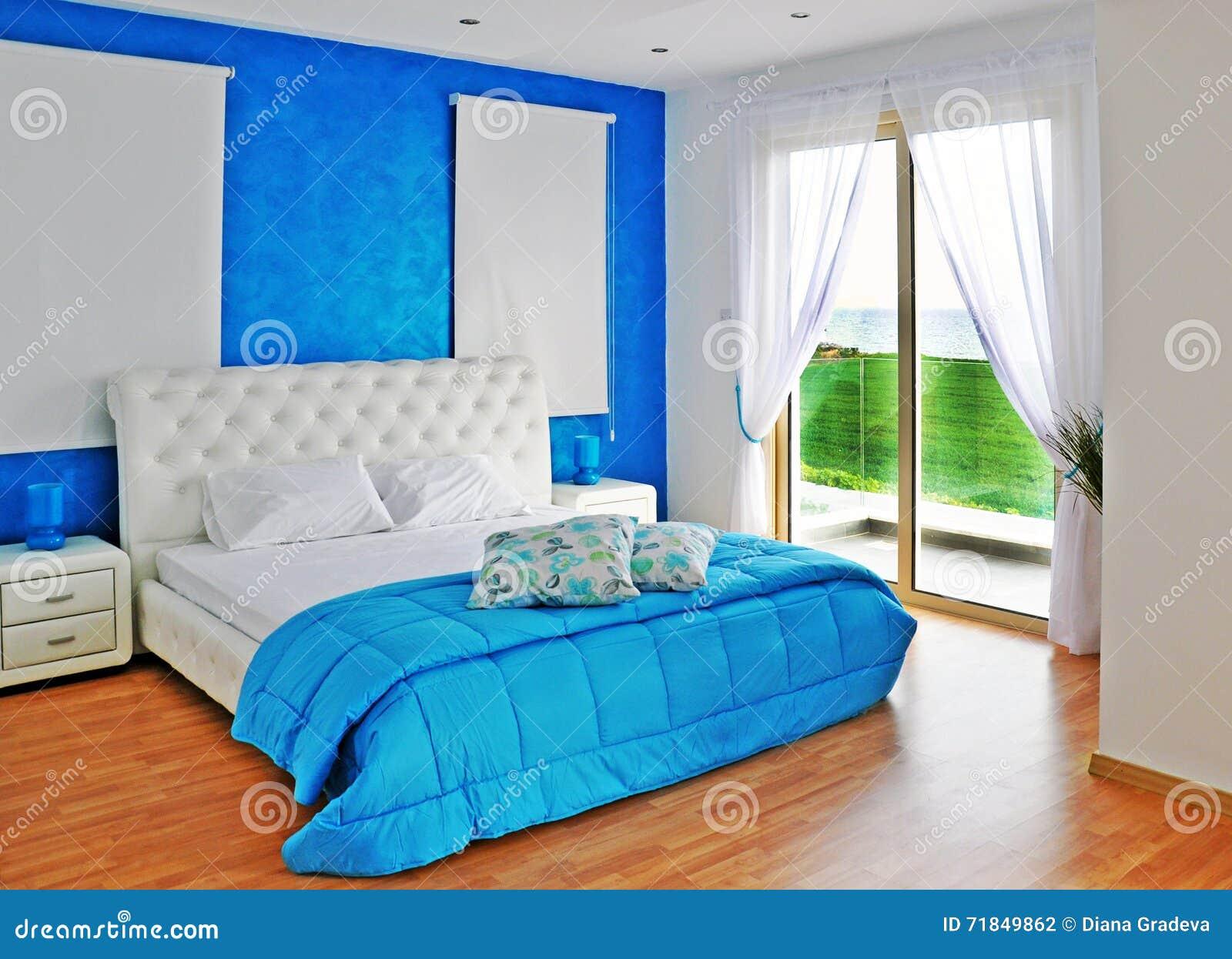 Slaapkamer In Blauw Met Overzeese Mening Stock Foto - Afbeelding ...