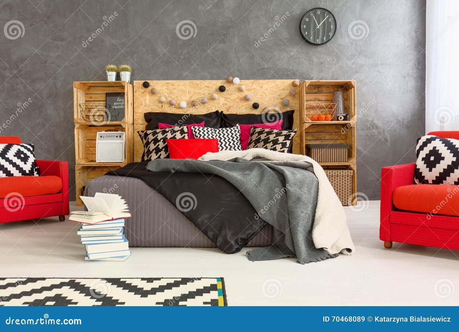 Diy Slaapkamer Decoratie : Slaapkamer in creatieve stijl met diy meubilair stock afbeelding