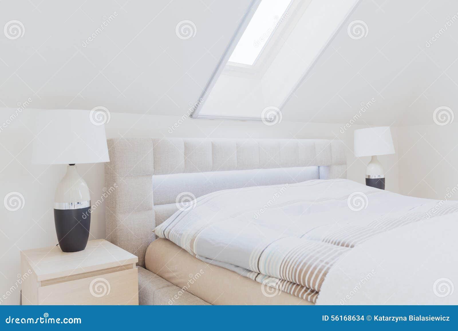 Slaapkamer Op Zolder : Slaapkamer in de zolder stock foto afbeelding bestaande uit