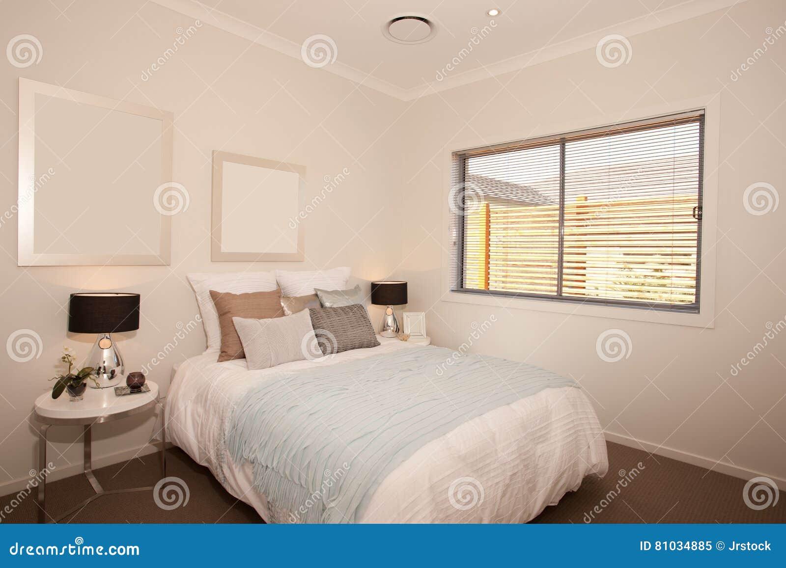 De Witte Slaapkamer : Slaapkamer en hoofdkussens in de witte muurruimte met inbegrip van