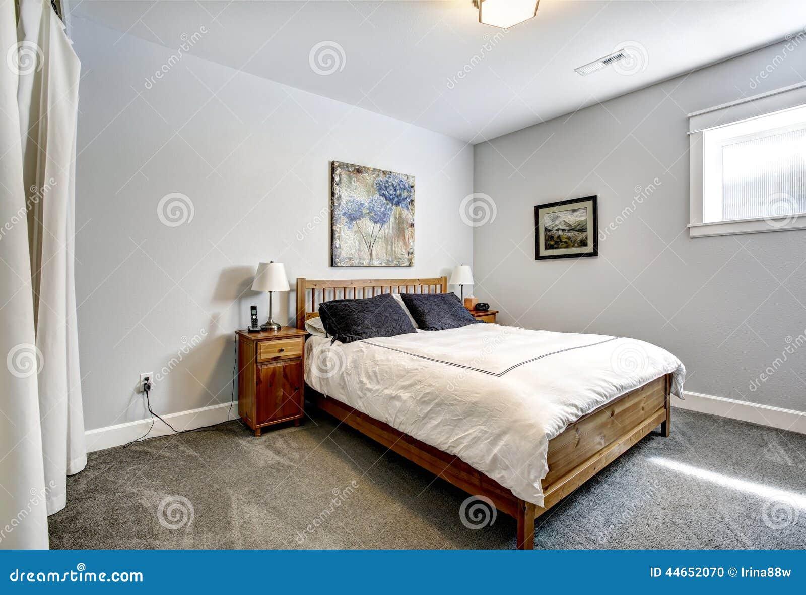 Slaapkamer in grijze tonen met houten bed stock foto afbeelding 44652070 - Grijze slaapkamer ...