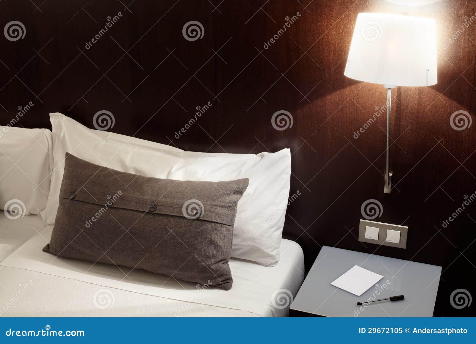 Slaapkamer, hoofdkussen en lamp bij nacht royalty vrije stock foto ...