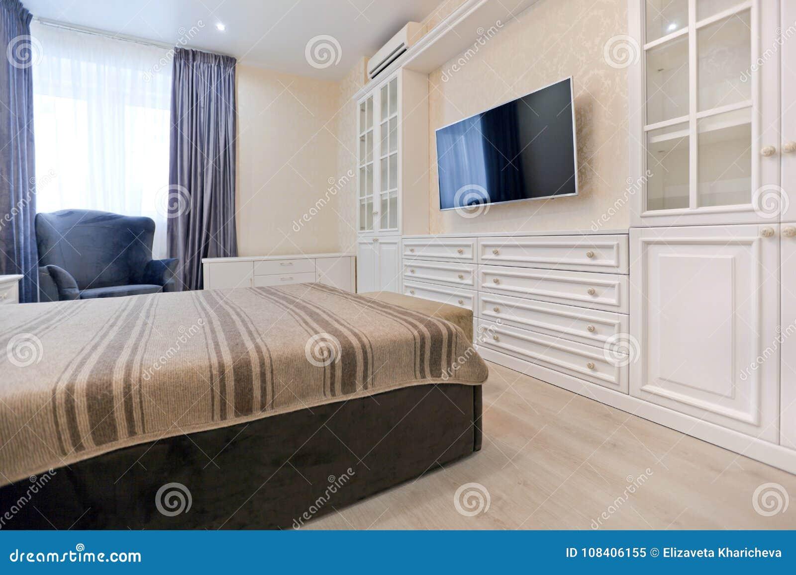 https://thumbs.dreamstime.com/z/slaapkamer-lichte-kleuren-met-donker-bed-en-blauwe-gordijnen-108406155.jpg