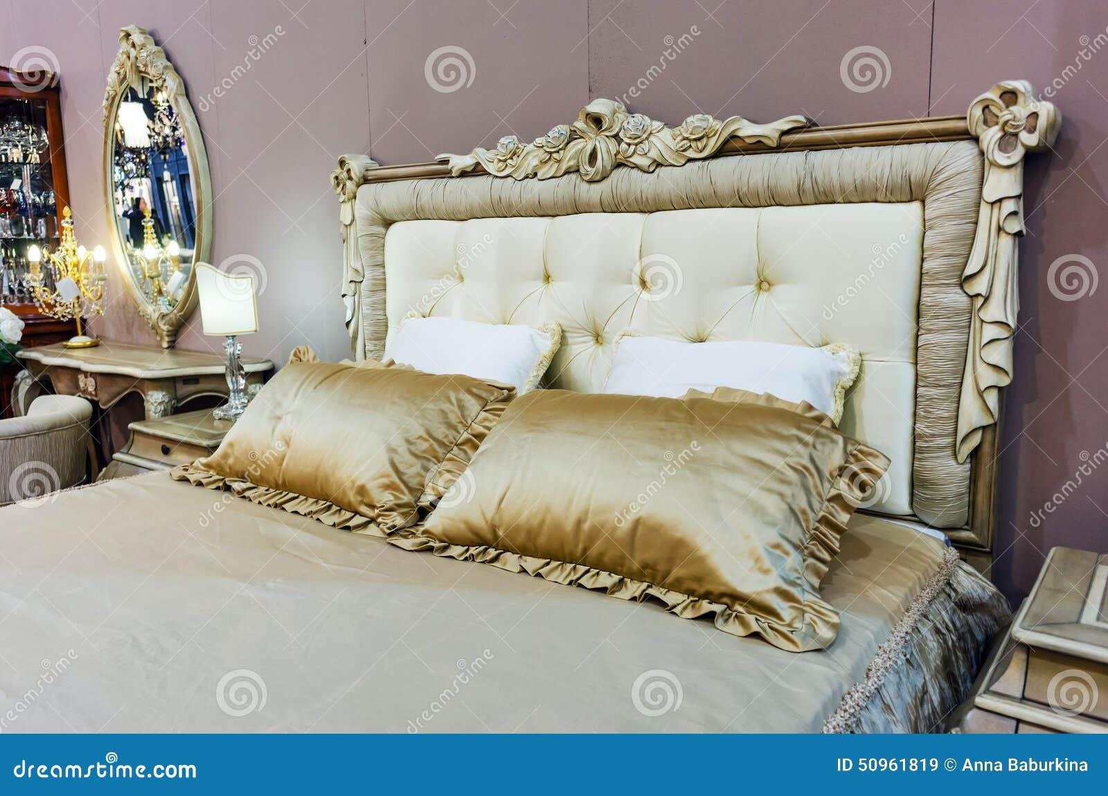 Slaapkamer met bed in barokke stijl stock afbeelding afbeelding