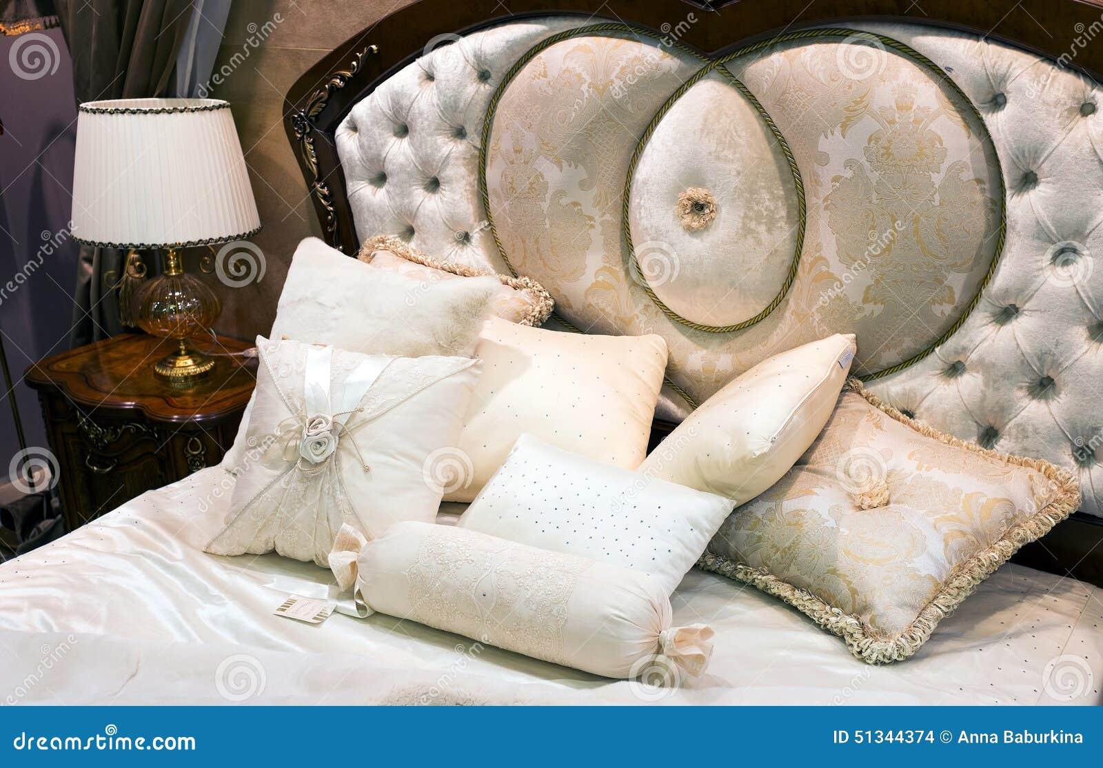 Slaapkamer met bed in barokke stijl stock foto afbeelding
