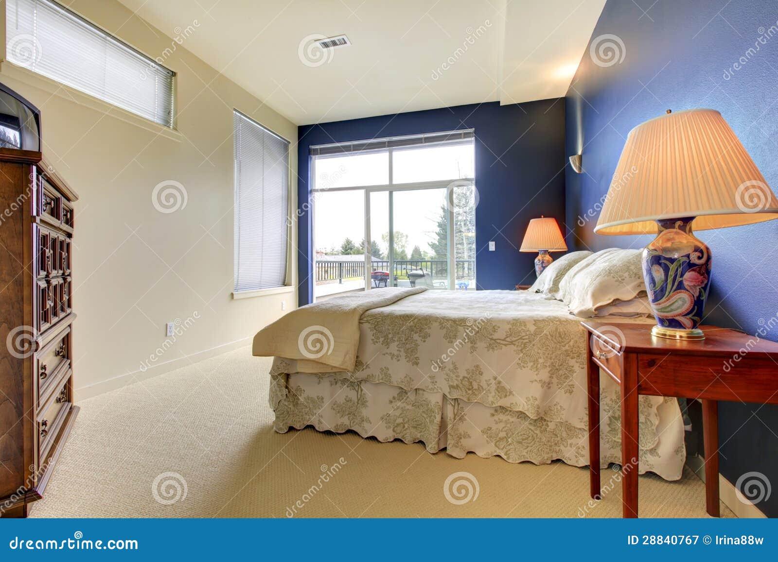 Slaapkamer Met Blauwe Muur En Aziatische Lampen. Royalty-vrije Stock ...