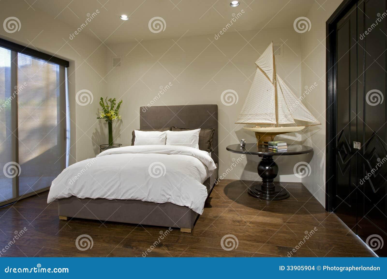 Slaapkamer met boot modelon side table stock afbeeldingen beeld 33905904 - Eigentijdse slaapkamer ...