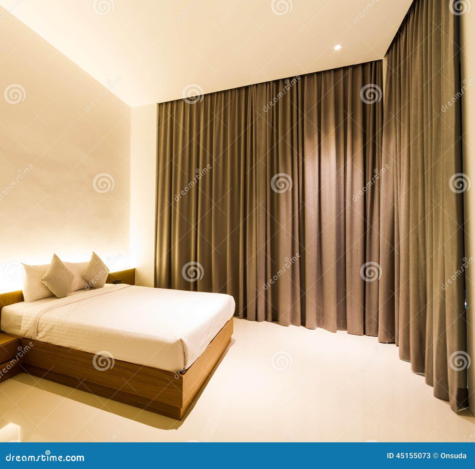 Slaapkamer met bruin gordijn stock foto   afbeelding: 45155073