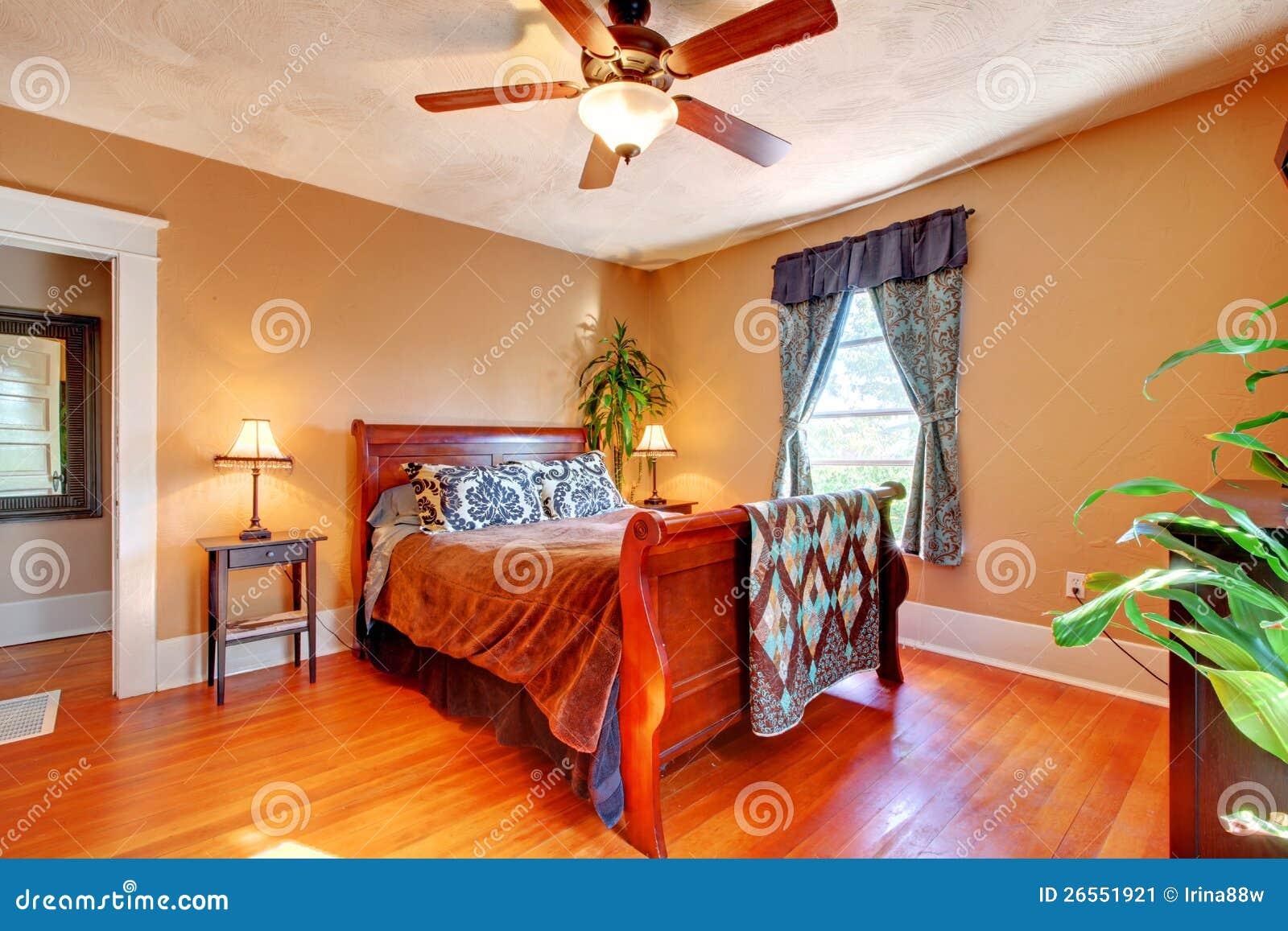 Lege ruimte met bruine muren en hardhoutvloer. stock foto's ...