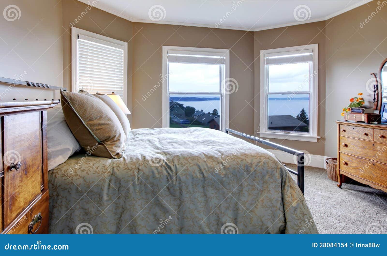 Bruine Slaapkamer Muur : Slaapkamer met bruine muren en watermening stock foto