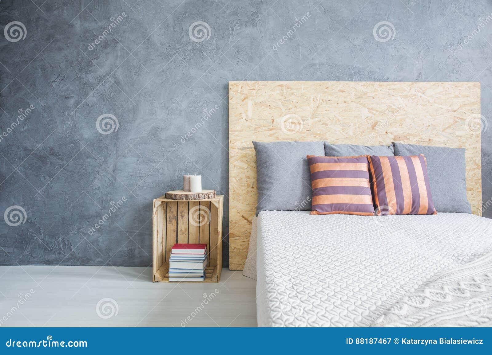 Diy Voor Slaapkamer : Slaapkamer met diy houten bed stock afbeelding afbeelding