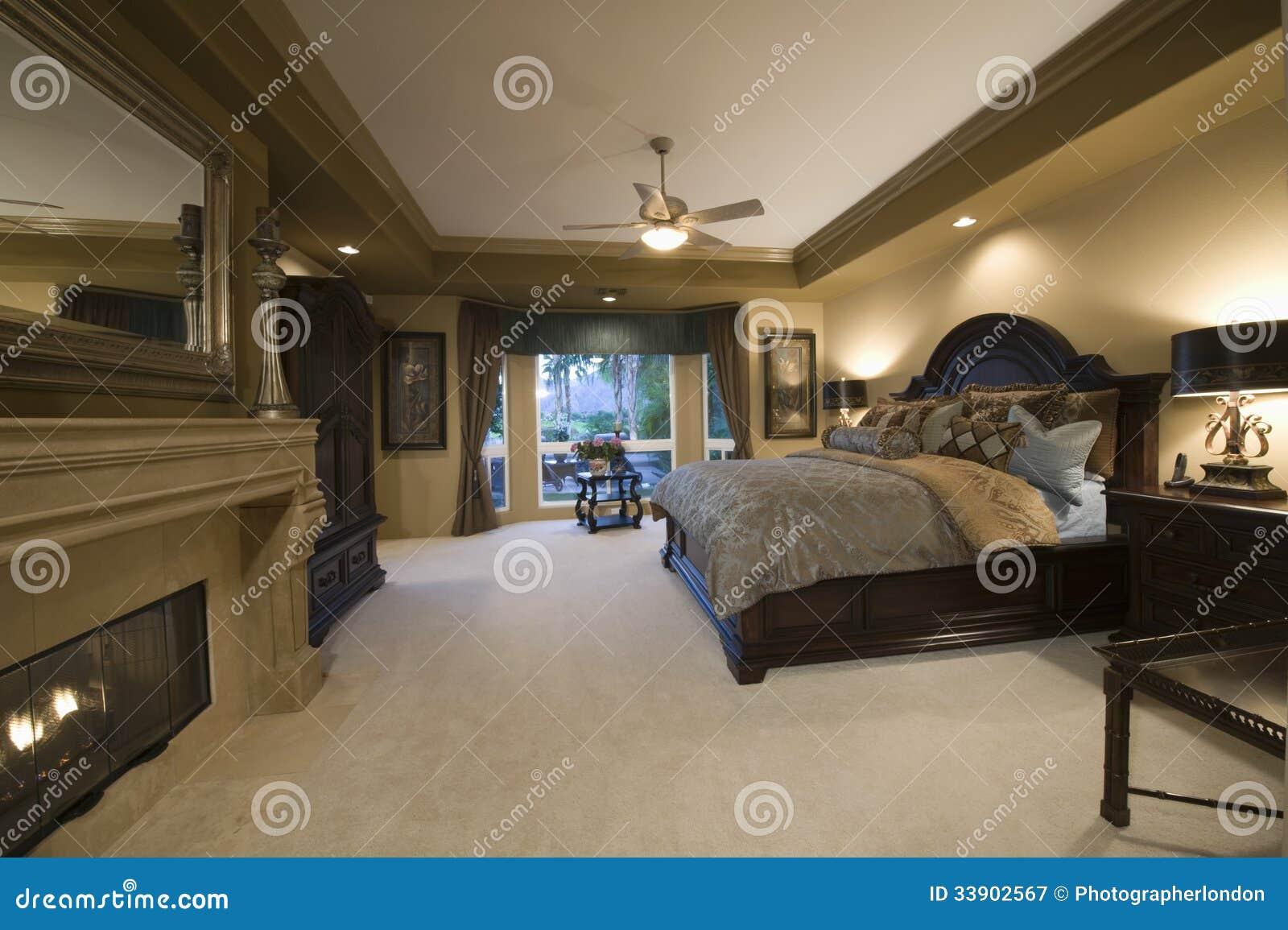 Slaapkamer met donker houten meubilair royalty vrije stock ...