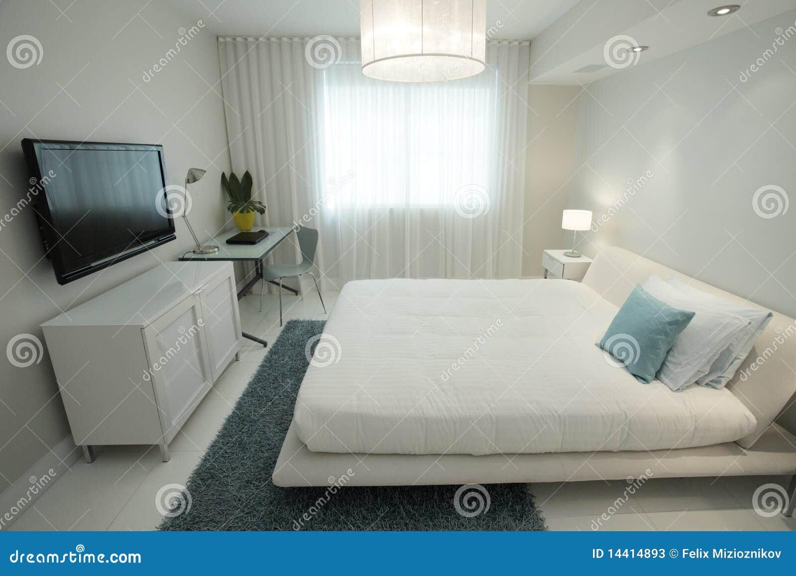 Slaapkamer Met Een Televisie HD Stock Afbeelding - Afbeelding ...