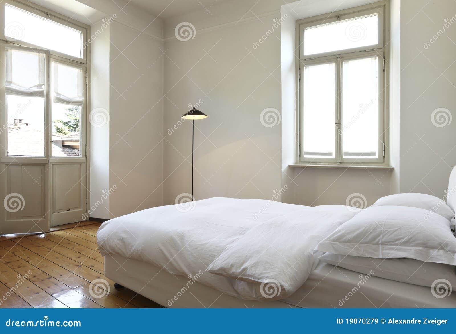 slaapkamer met een tweepersoonsbed en lampen
