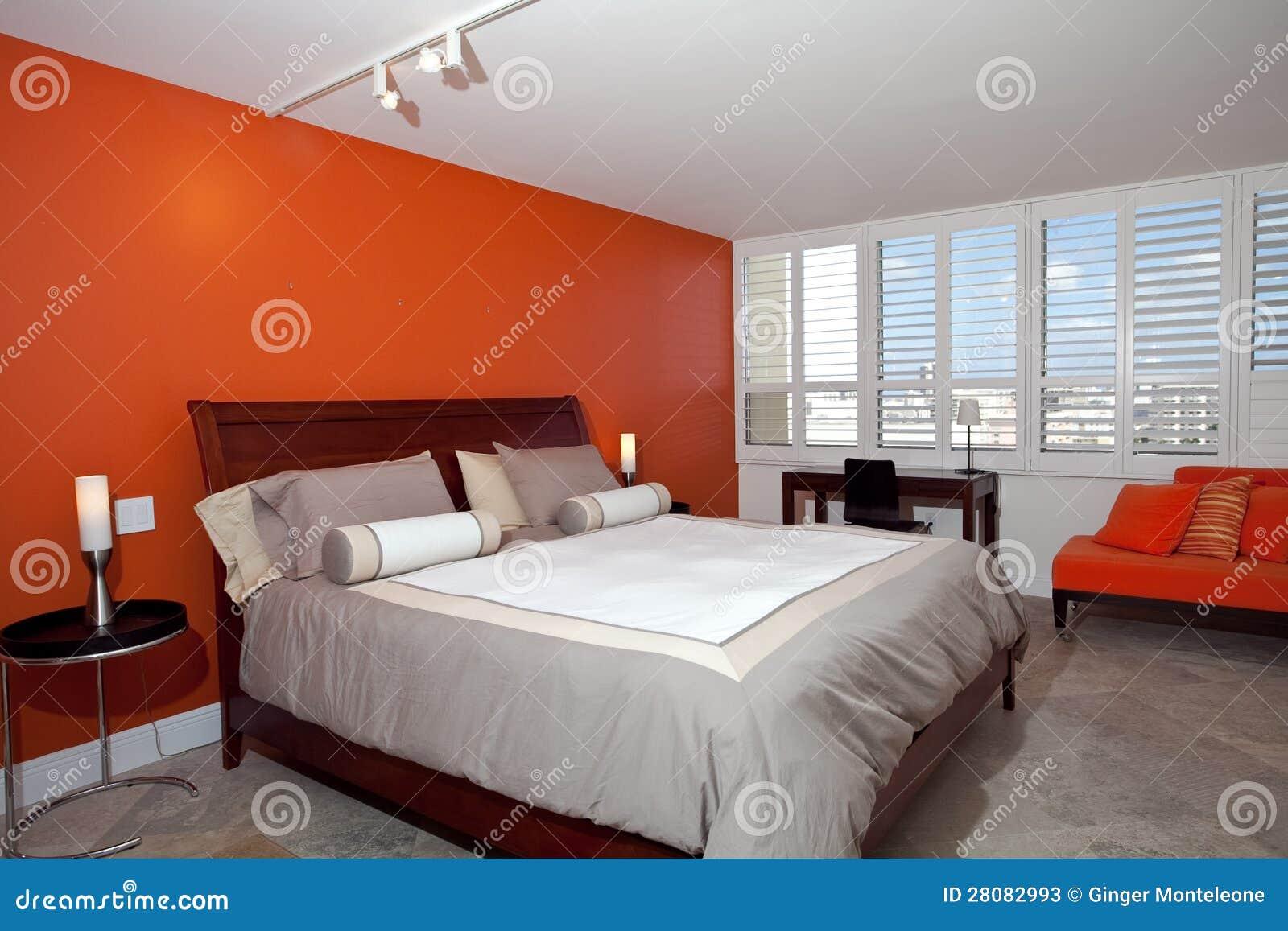 Slaapkamer met gebrande oranje muur stock foto's   afbeelding ...
