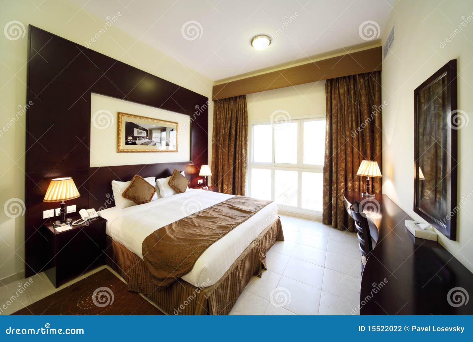 Slaapkamer met geopend gordijn groot tweepersoonsbed stock ...