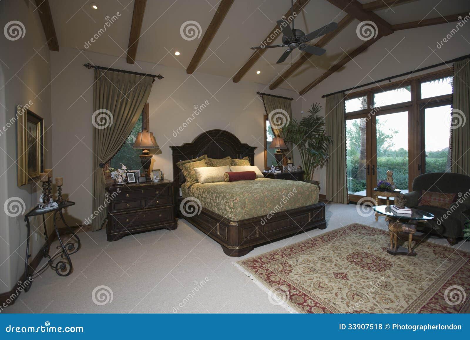Slaapkamer Met Gerichte Plafond En Terrasdeuren Stock Foto ...