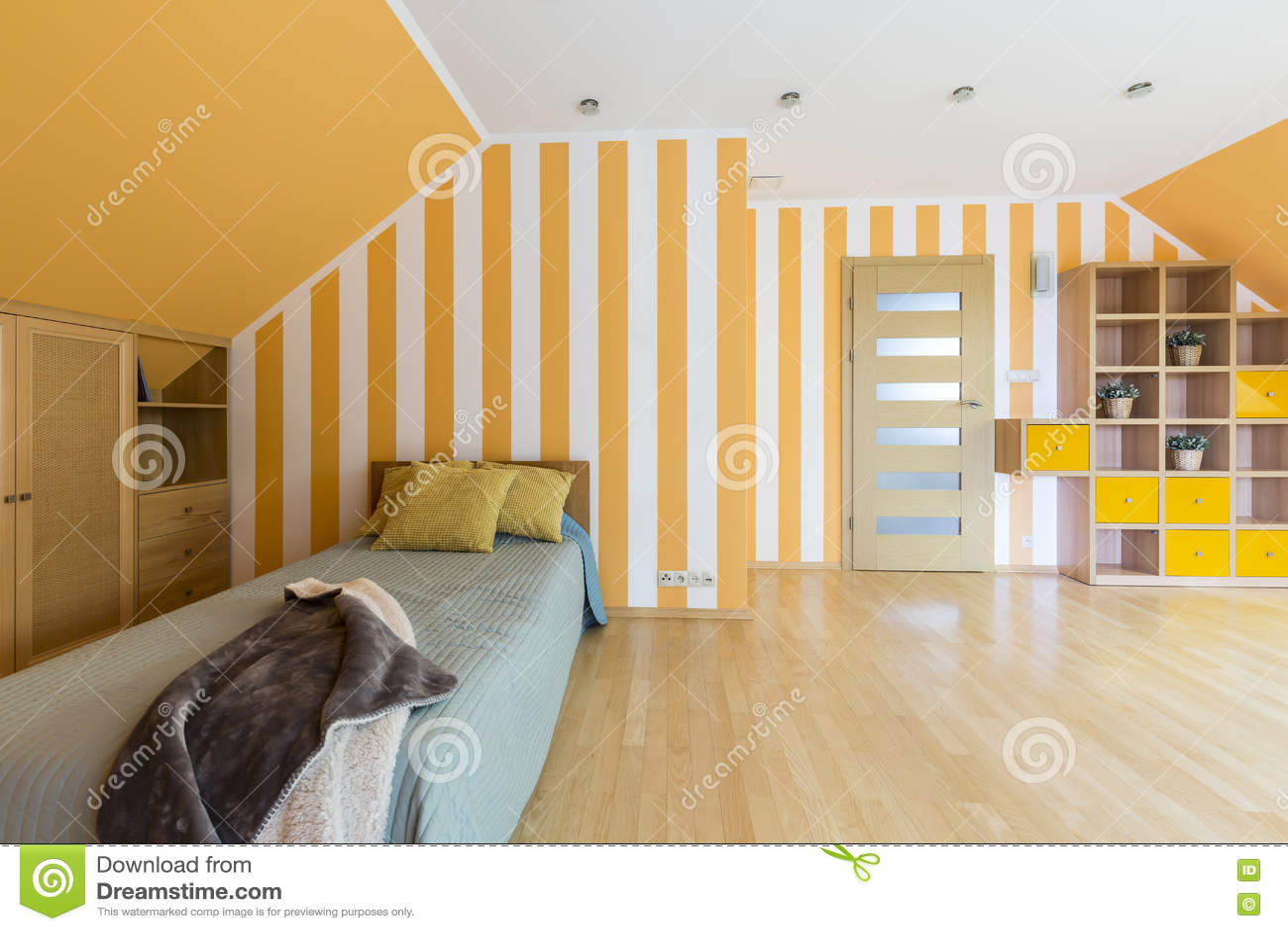 Gele Muur Slaapkamer : Slaapkamer met gestreepte gele muur stock foto afbeelding