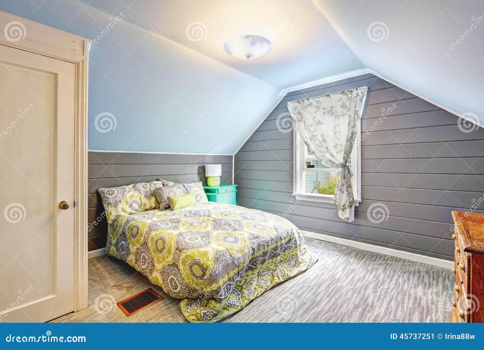 Slaapkamer Met Gewelfd Plafond En Plank Met Panelen Beklede Muren ...