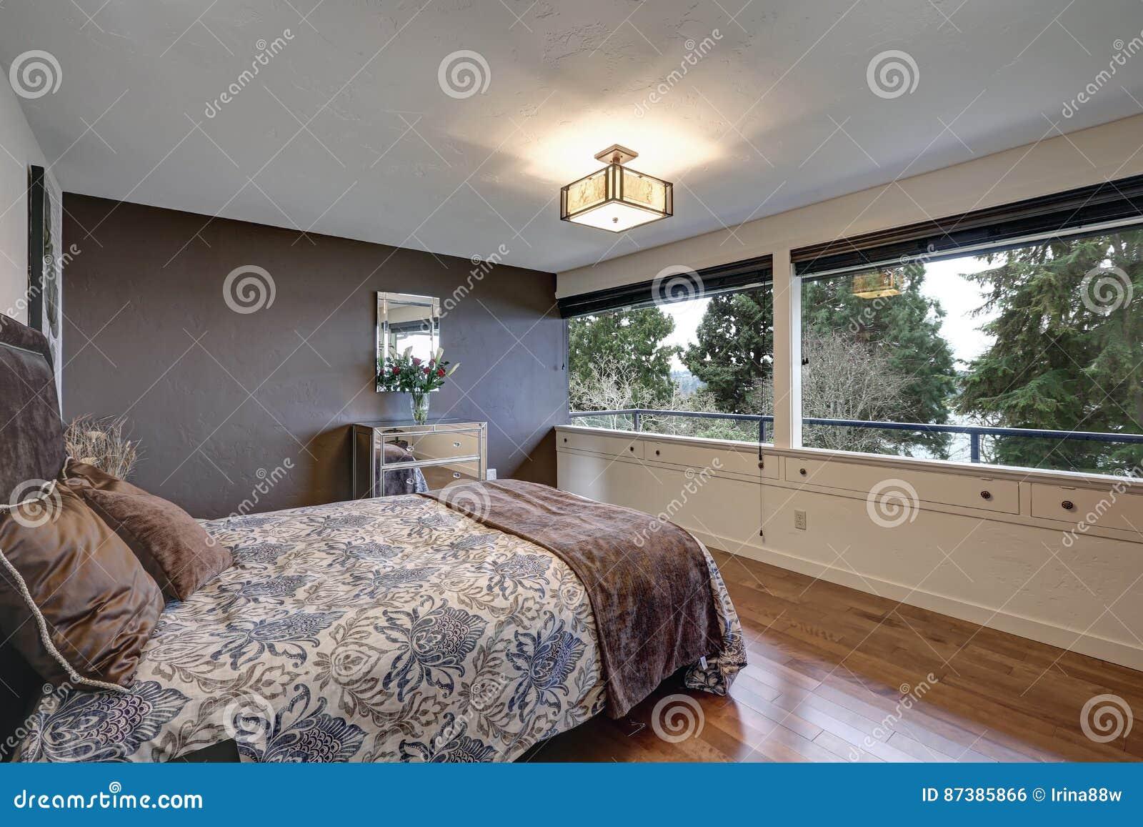 Slaapkamer Interieur Grijs : Slaapkamer met grijze accentmuur stock foto afbeelding bestaande