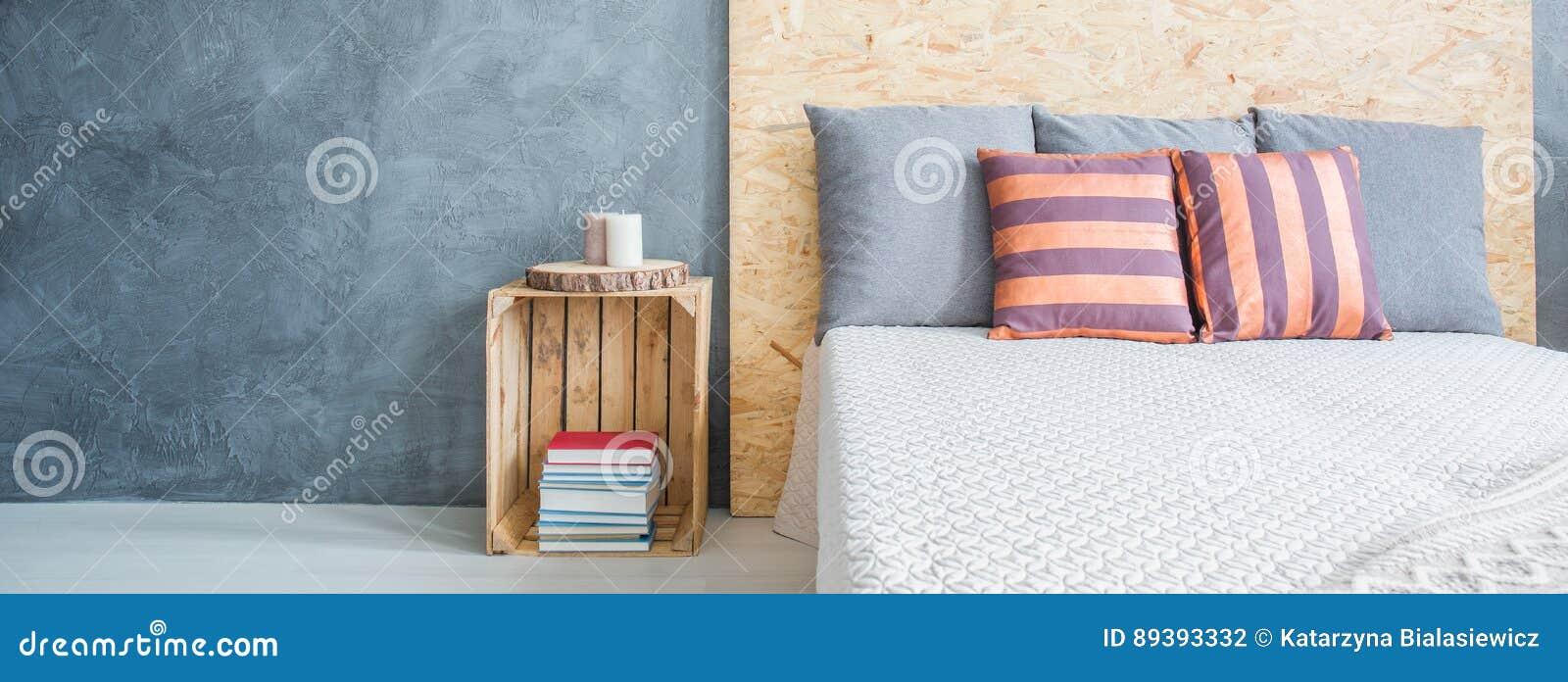 slaapkamer met grijze muur